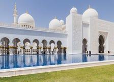 Sheikh Zayed Mosque Left Corridor, la grande grande moschea di marmo ad Abu Dhabi, UAE immagini stock