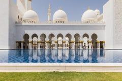 Sheikh Zayed Mosque Left Corridor, la grande grande moschea di marmo ad Abu Dhabi, UAE immagine stock libera da diritti