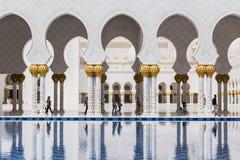 Sheikh Zayed Mosque Left Wing Corridor con lo stagno, la grande grande moschea di marmo ad Abu Dhabi, UAE fotografie stock