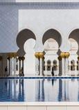Sheikh Zayed Mosque Left Wing Corridor con lo stagno, la grande grande moschea di marmo ad Abu Dhabi, UAE fotografie stock libere da diritti