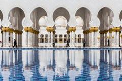 Sheikh Zayed Mosque Left Wing Corridor mit Pool, die große großartige Marmorierungmoschee bei Abu Dhabi, UAE Lizenzfreies Stockfoto