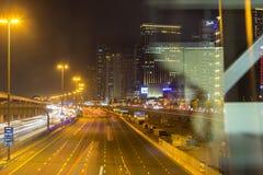 Sheikh Zayed Road à Dubaï la nuit photos libres de droits