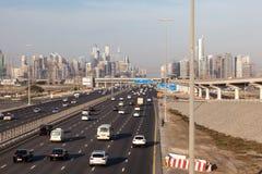 Sheikh Zayed Road e orizzonte del Dubai Fotografie Stock Libere da Diritti