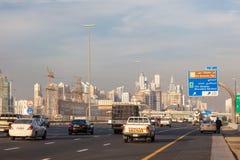 Sheikh Zayed Road en la ciudad de Dubai Imágenes de archivo libres de regalías