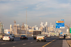 Sheikh Zayed Road i den Dubai staden Royaltyfria Bilder