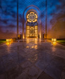 Sheikh Zayed Uroczysty meczet w Abudhabi z pięknymi lekkimi odbiciami obraz stock