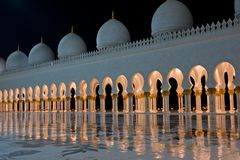 Sheikh Zayed White Mosque in Abu Dhabi nachts Stockfotos