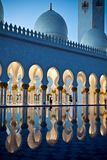Sheikh Zayed White Mosque in Abu Dhabi nachts Lizenzfreie Stockfotos