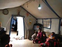 22 05 2017, Sheikhan-Kamp, Irak : Yazidifamilie binnen een Vluchtelingstent in Noordelijk Irak die dicht bij Mossul de Islamitisc stock afbeelding