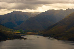 Sheil-Brücke und die Berge jenseits, Schottland Stockbild