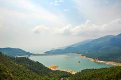 Shek Pik-Reservoir und -wolken Stockfoto