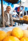 SHEKI AZERBAJDZJAN - 20 Juli 2015: stående av manlig säljarefrukt som ser kameran Royaltyfri Fotografi