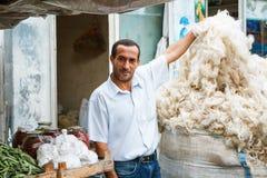 SHEKI AZERBAJDZJAN - 20 Juli 2015: stående av manligt säljarefårs ull som ser kameran Fotografering för Bildbyråer