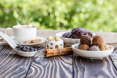 Shekoladnye dei dolci e della tazza di caffè sulla tavola di legno Immagine Stock