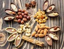 Shekoladnyesuikergoed, noten en rozijnen op een houten lijst Royalty-vrije Stock Foto's