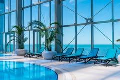 Shekvetili, Georgia - 29 05 2019: Centro recreativo interior con la piscina y una opinión hermosa del mar fotos de archivo