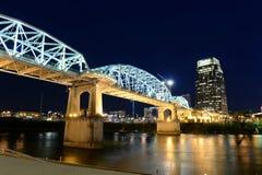 Shelby Bridge i i stadens centrum Nashville royaltyfri foto