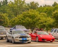Shelby Mustang och Ferrari F 430 Berlinetta, Woodward dröm Crui Arkivbilder