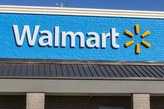 Shelbyville - cerca do maio de 2017: Lugar do retalho de Walmart Walmart é um Multinacional americano Vendas a retalho Corporaçõ  Imagens de Stock