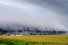 Shelf cloud in Illinois. Wind turbines under a dark and ominous shelf cloud in northern Illinois Royalty Free Stock Photography