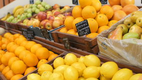 Shelfs με τα φρούτα στην αγορά φιλμ μικρού μήκους