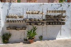 Shelfs с подготовленными сосудами перед гончарней стоковая фотография
