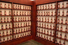 Shelfs con le bottiglie da birra Fotografia Stock