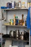 Shelfs do metal da cozinha com utensílios, utensílios e p Imagem de Stock Royalty Free