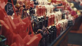 Shelfs em um mercado com frutos exóticos frescos, opinião do close-up video estoque