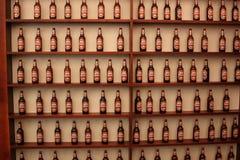 Shelfs mit Bierflaschen Stockbild