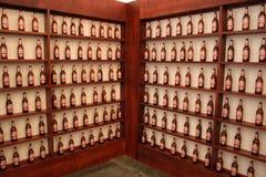 Shelfs mit Bierflaschen Stockfoto