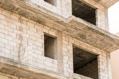 Shell av en oavslutad bostads- byggnad arkivfoton
