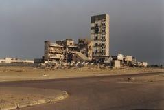 Shell bombardujący i palący budynek, Kuwejt miasto zdjęcia royalty free