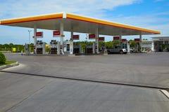 SHELL-brandstof en benzinestation en Autoreparatie royalty-vrije stock fotografie