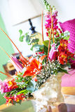 Shell Centerpiece mit Blumen stockfotos