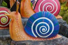 Shell colorido esculpe adorna en el jardín Imagen de archivo