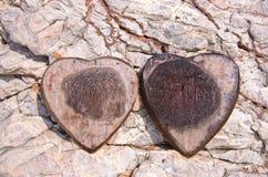 shell Coração-dado forma do coco na rocha Imagens de Stock Royalty Free