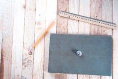 Shell do mar em um fundo de madeira perto de um caderno foto de stock royalty free