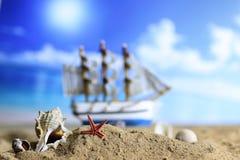 Shell e vela da areia no mar Imagens de Stock Royalty Free