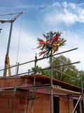 Shell eines Hauses mit verziertem Baum auf dem Dach Stockfoto