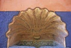 SHELL-förmiger Brunnen Stockbilder