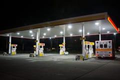 Shell Gas Station bij nacht royalty-vrije stock foto