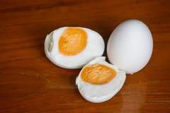 Shell hirvió los huevos en la madera de la placa Foto de archivo