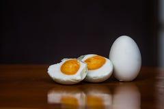 Shell hirvió los huevos en la madera de la placa y el fondo oscuro Fotos de archivo