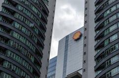 Shell kontorsbyggnad som omges av skyskrapor royaltyfri fotografi