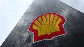 Shell Oil Company-Logo auf reflektierenden Wolken einer Wolkenkratzerfassade, Zeitspanne Redaktionelle Wiedergabe 3D stock video