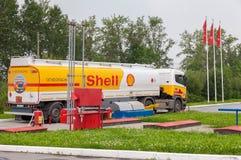 Shell Oil Truck på bensinstationen Shell Royal Dutch Shell eller S Fotografering för Bildbyråer