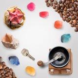 Shell, pedras, chave, grãos de café isolados no branco com trajeto de grampeamento Foto de Stock Royalty Free