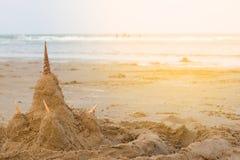 Shell piaska kasztele na plaży Fotografia Stock