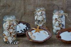 Shell a rempli bouteilles composition et chandelier de la cire sèche Photographie stock libre de droits